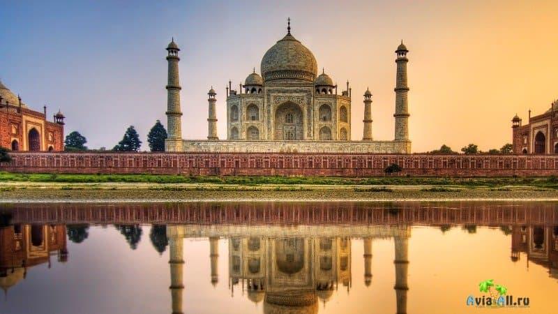 Мавзолей Тадж Махал - шедевр архитектуры в Индии