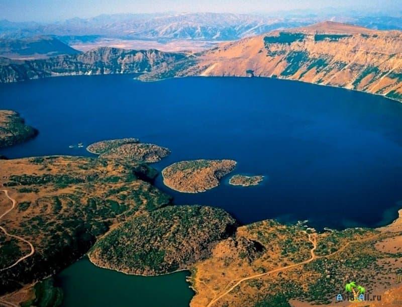 Удивительное озеро в кратере, которое находится в Турции